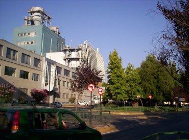 Imagen interior del barrio con uno de sus equipamientos industriales hoy en operaciones.