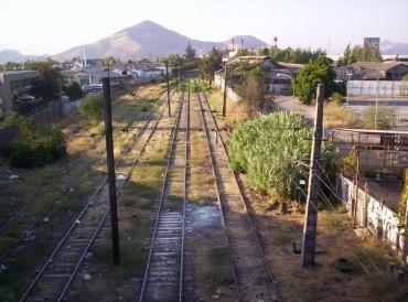Vista de la linea férrea que corre por el deslinde poniente del paño.