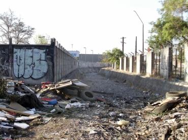 Basura y degradación urbana en parte del paño.